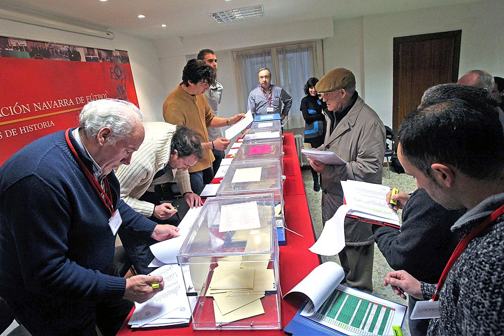 *A: Calleja*F:22/02/2016.*L:Sede Federación Navarra de Futbol. Pamplona.*P:Votantes.*T:Elecciones federación Navarra de Fútbol.