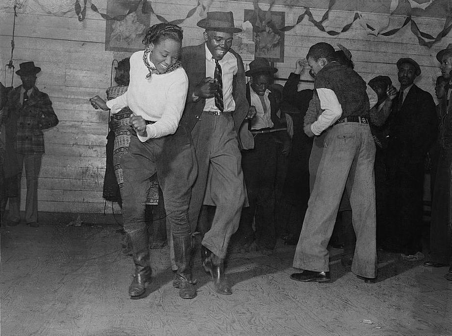 El 23 de agosto de 1943, en pleno periodo de entreguerras, la revista Life lo declaró baile nacional en Estados Unidos. Originario en los años 20, este estilo de jazz se convirtió en uno de los géneros más populares en la década de 1930, tras la Gran Depresión de 1929...